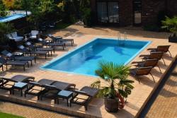 Šildomas baseinas, saulės gultai vilos kieme